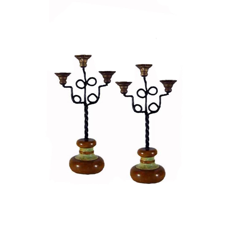 Coppia di lampade in ferro battuto con basi di legno.