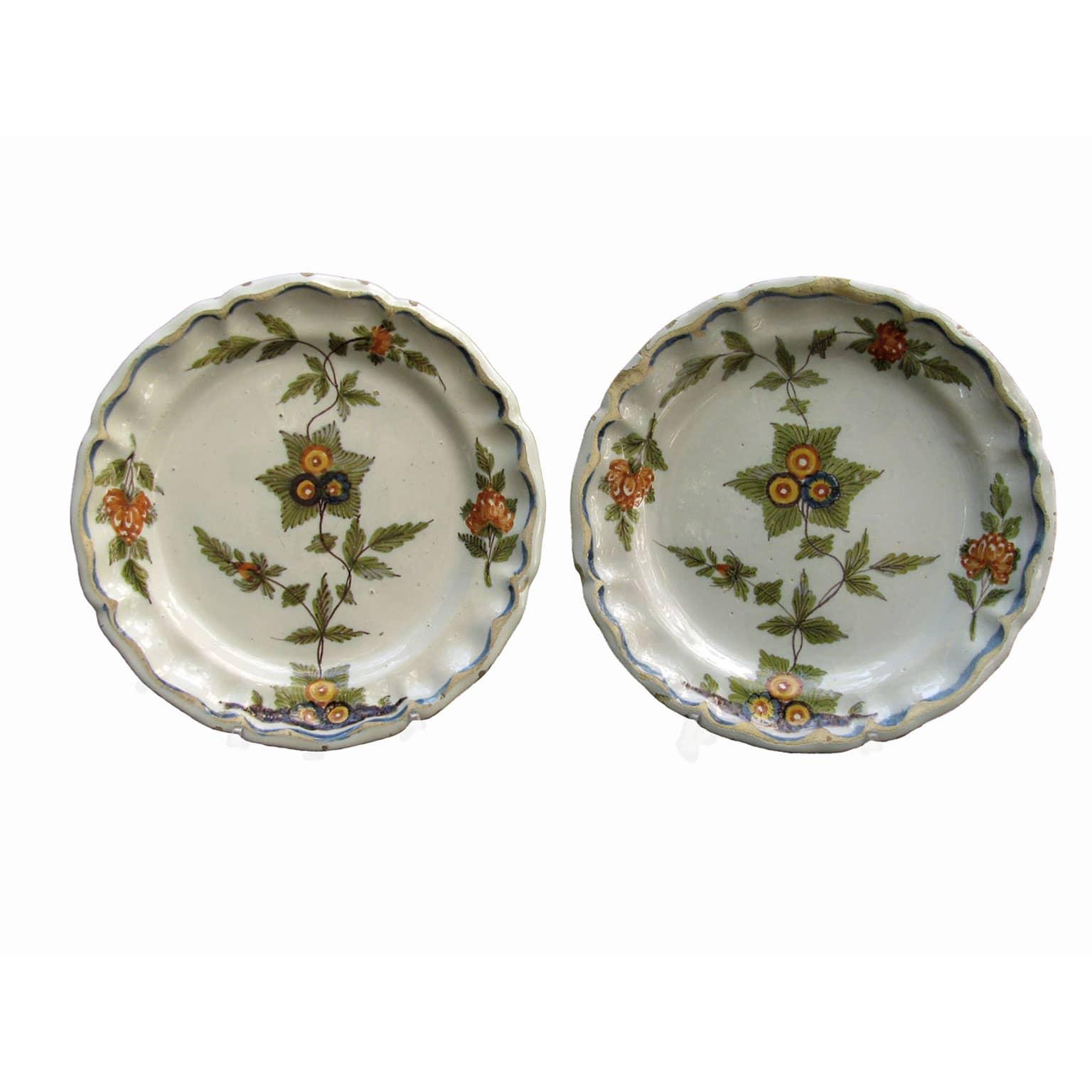 due piatti antichi decorati con fiori policromi
