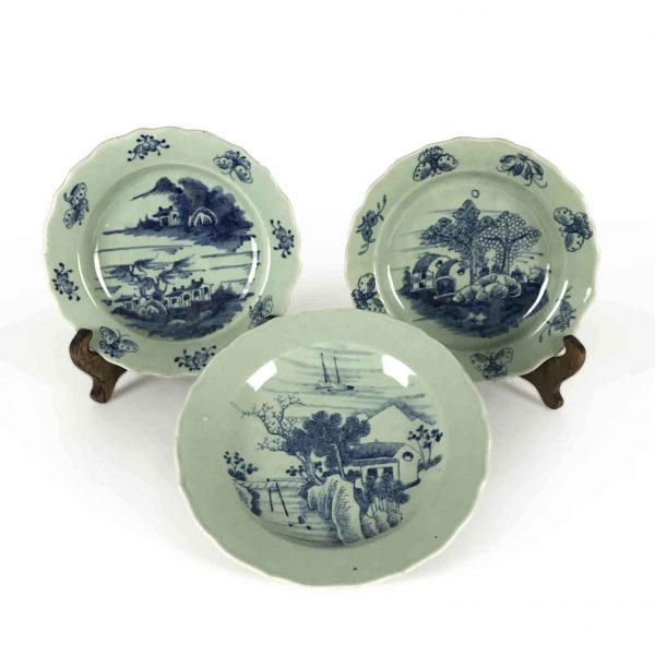 Tre Piatti Bianchi e Blu Cinesi Decorati