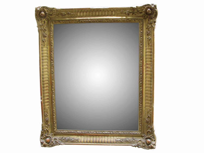 Lelaborata e vistosa composizione ruota intorno alla semplice battuta dello specchio ovale molato ai bordi, quasi affossato dalla robusta presenza delle volute.