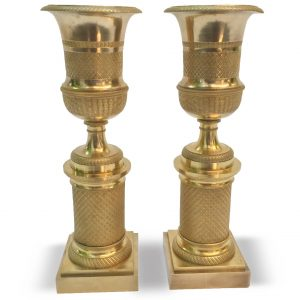 Coppia di candelieri da camino in bronzo dorato