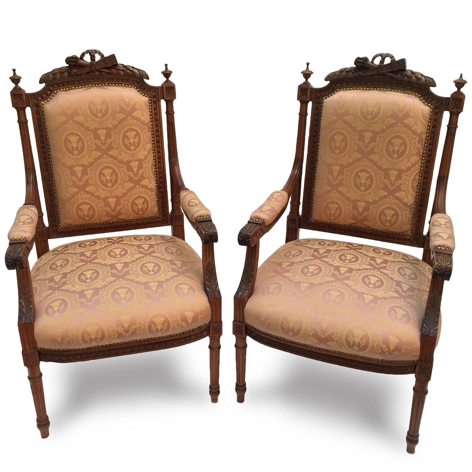 Coppia di poltrone da camera intagliate ed imbottite for Regalo mobili antichi