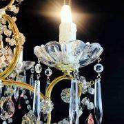 lampadario-antico-da-camera-dorato-con-cristalli-e