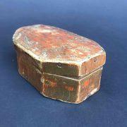 scatola-antica-dorata-e-bulinata-a