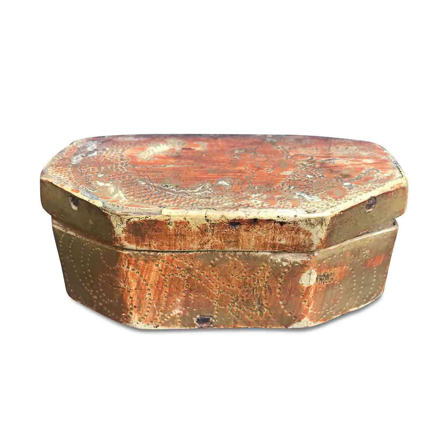 scatola antica dorata e bulinata