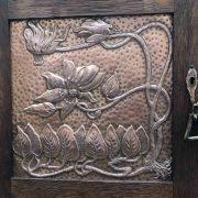 stipo-scozzese-art-nouveau-con-pannelli-in-rame-sbalzato-c