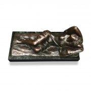 E. Sala scultura in bronzo con donna nuda distesa b