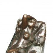 E. Sala scultura in bronzo con donna nuda distesa h
