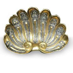 conchiglia in metallo sbalzato dorato e argentato 1700