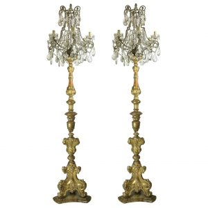coppia di torcire dorate con candelabri in cristallo
