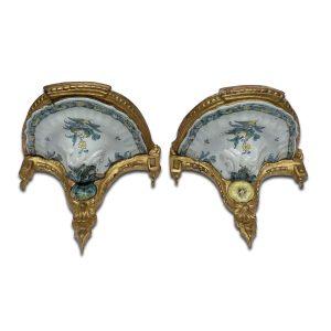 coppia di mensole con maiolica del 1700